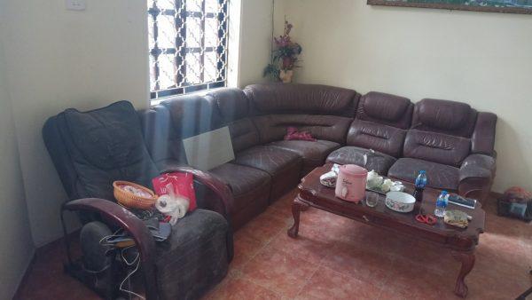 Ghế sofa da cũ bị nứt rách của chị Phương