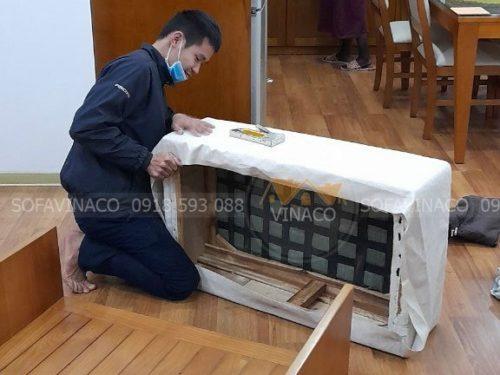 Nhân viên đang bọc ghế sofa cho chị Phương tại chung cư Pack View