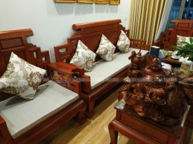 Đệm ghế kết hợp cùng gối hoa tông màu nhẹ nhàng