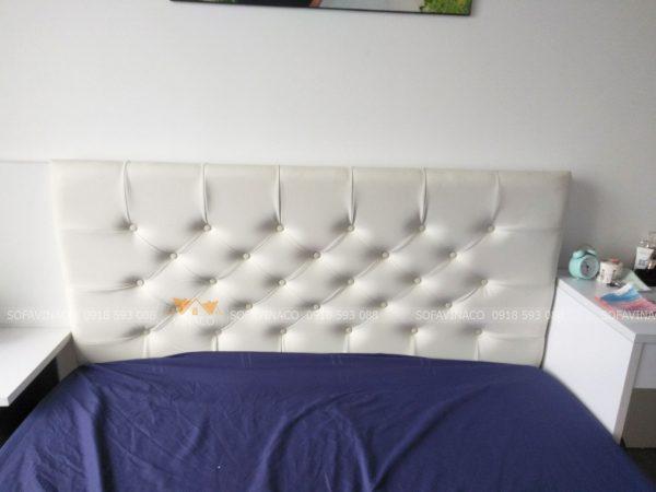 Đầu giường được bọc bằng da và rút núm, đóng cúc