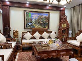 Đệm ghế màu trắng nổi bật giữa phòng khách toàn nâu gỗ