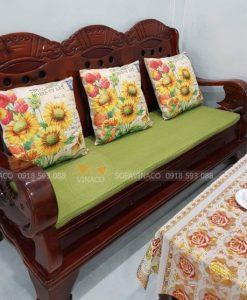 Đệm ghế xanh lá kết hợp cùng gối hoa hướng dương vô cùng đẹp và thu hút