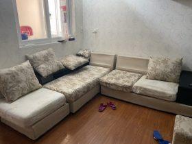 Bộ sofa cũ bị sờn rách, bám bẩn của gia đình chị Linh