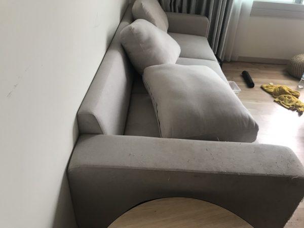 Ghế còn mới nhưng đã bị mèo cào xước mặt vải