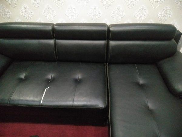 Bộ sofa góc bọc da bị rách mặt ngồi