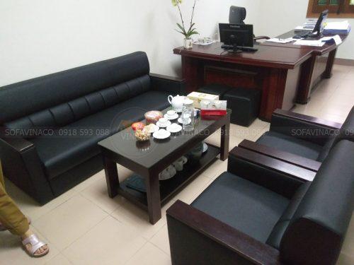 Vỏ bọc sofa mới màu đen đã được bọc trên ghế
