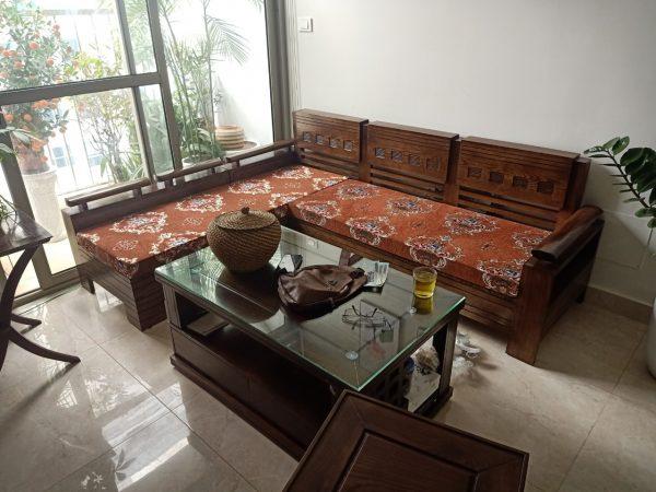 Bộ đệm ghế màu nâu với họa tiết hoa văn