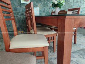 đệm ghế ăn cũ màu trắng của khách