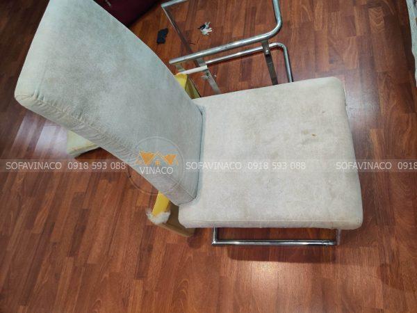 Mặt ghế ăn bằng vải cũ bẩn sau nhiều năm sử dụng
