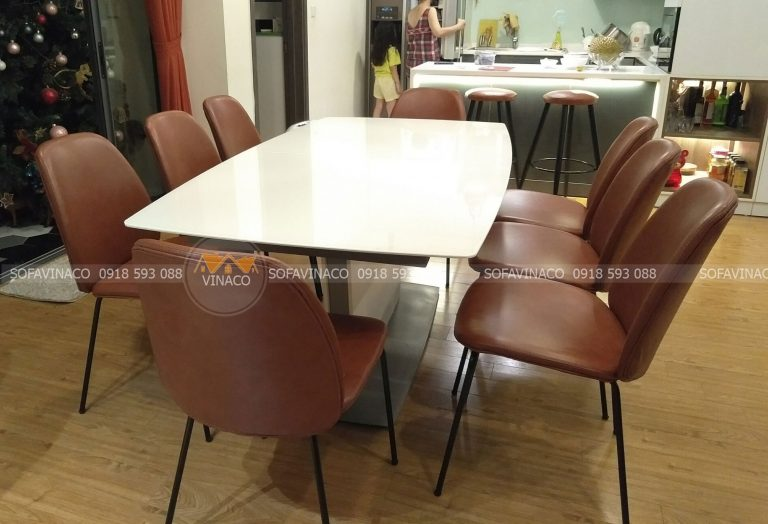 Bộ ghế ăn 8 ghế đã được nhân viên Vinaco bọc xong trực tiếp tại nhà chị Ánh tai Hoàng Đạo Thúy, Hà Nội