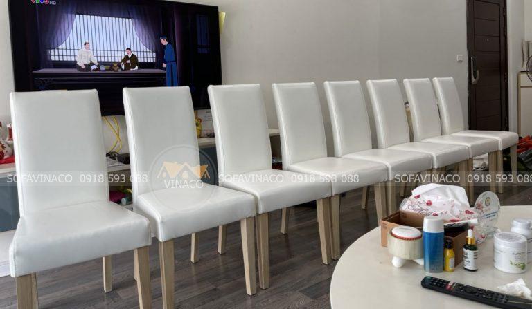 8 chiếc ghế ăn bọc chất liệu da màu trắng kem đã được nhân viên tiến hành bọc trực tiếp tại chung cư 6th Element