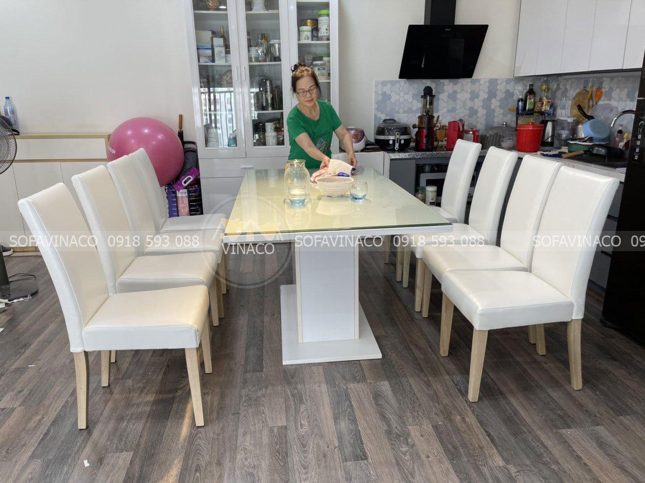 Bộ bàn ghế hoàn chỉnh khi được đặt hoàn chỉnh