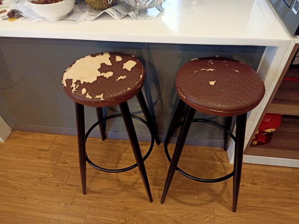 Hai ghế tròn chân sắt cũng bị bong tróc phần ngồi