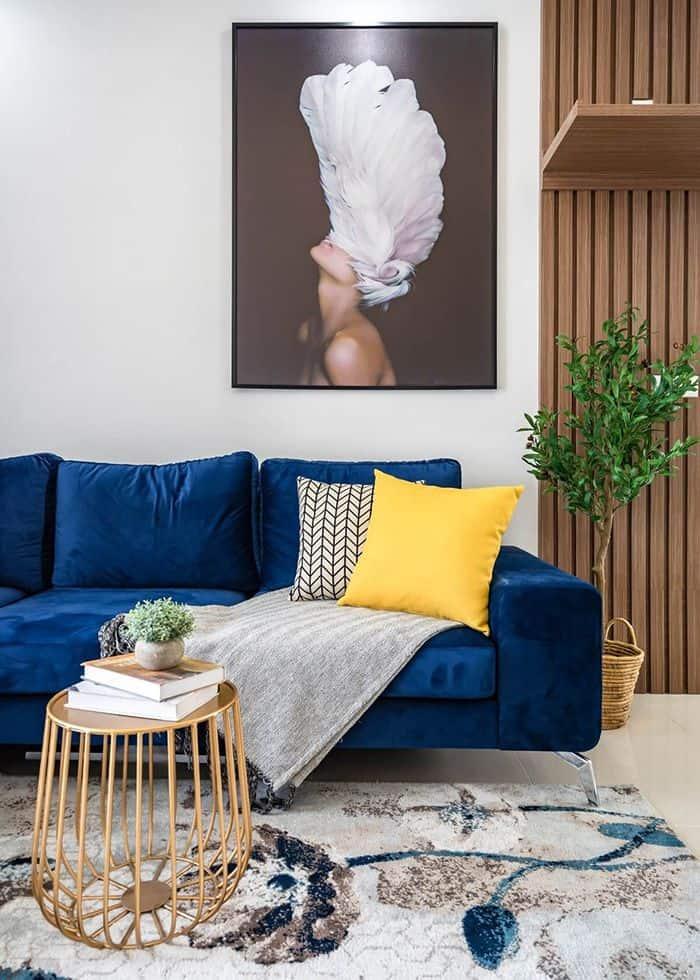 Sofa màu xanh hải quân đẹp phù hợp với tường màu trắng cho không gian nhà bạn