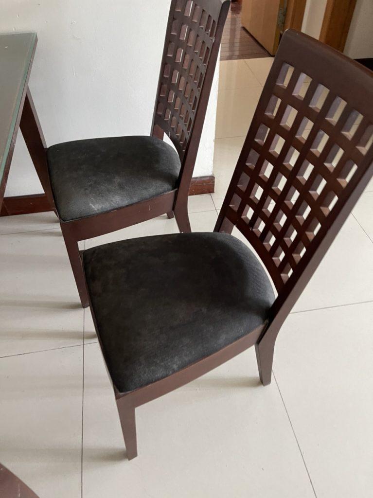 Tình trạng ghế ăn của chị Trang tại chung cư Chelseapark gặp phải phần bề mặt bị bám bẩn rất nhiều