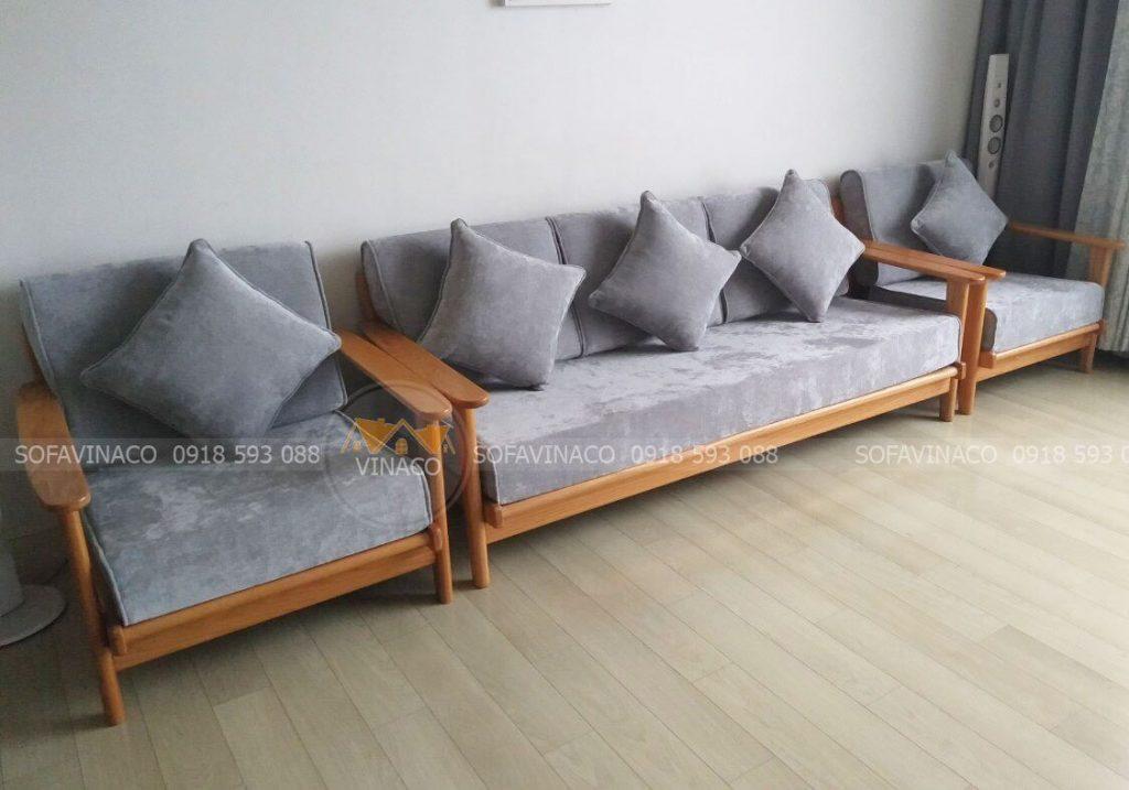 Đệm ghế gỗ bông ép với chất liệu vải tốt dày dặn cho chị Phương tại chung cư Goldmak