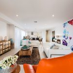 Sofa gam màu trắng được bài trí hài hòa màu sắc trong phòng khách