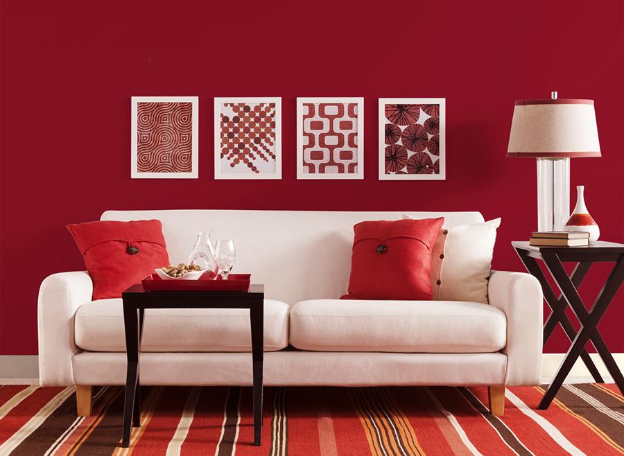 Sofa văng màu trắng kết hợp với tường gam màu đỏ phù hợp với không gian phòng khách