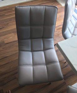 Chiếc ghế ăn cũ được nhân viên khảo sát chụp lại