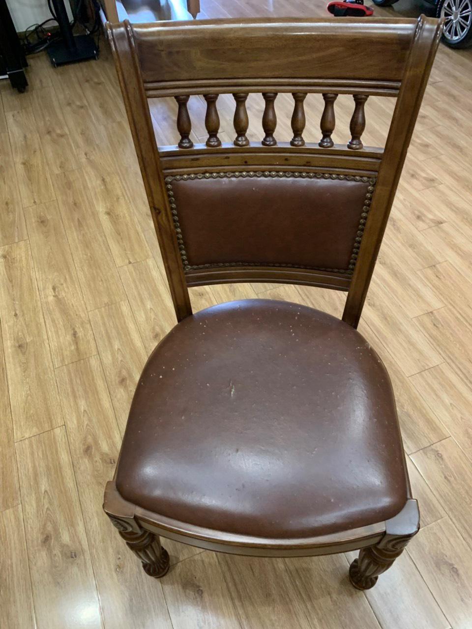 Ghế ăn đang gặp tình trạng nổ da chi chit trên bề mặt ghế