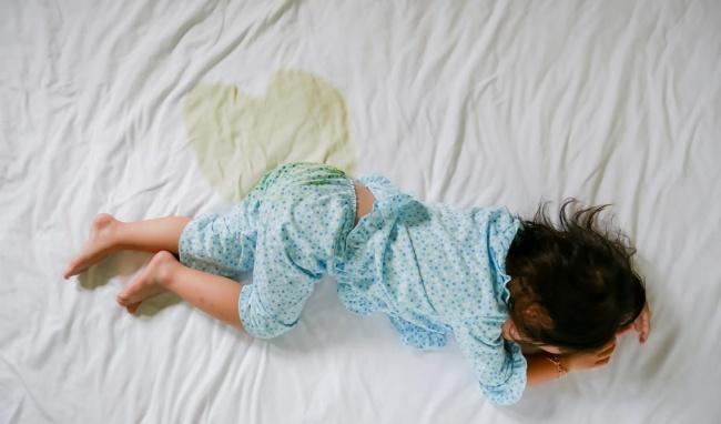 Vết bẩn do nước tiểu của trẻ bám trên bề mặt của nệm bông ép