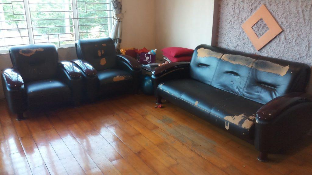 Bộ ghế sofa tình trạng bong tróc tại Hoàng Mai, Hà Nội