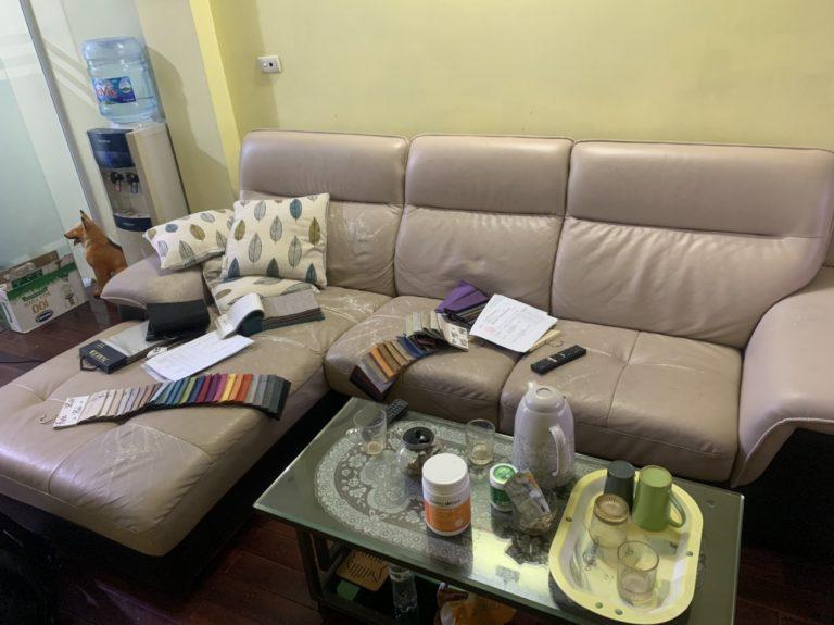 Bộ ghế sofa góc chất liệu da bị rạn nứt và bong tróc tại Đống Đa, Hà Nội