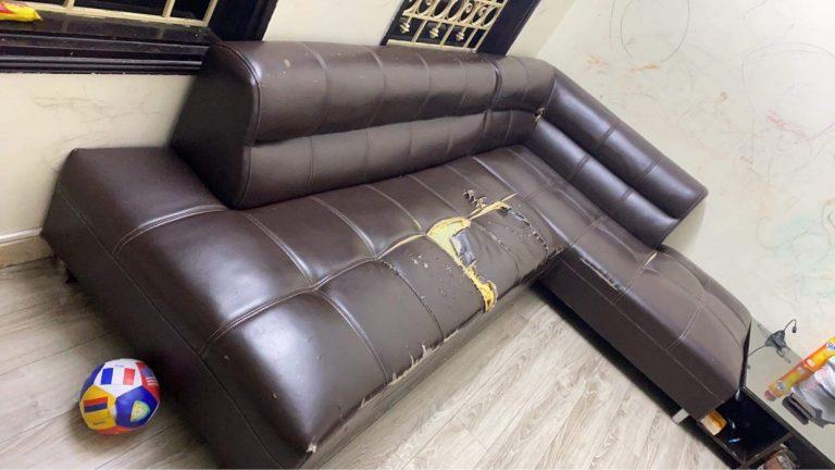 Bộ ghế sofa góc bị rách to gia đình anh Nam tại phường Mỹ Đình
