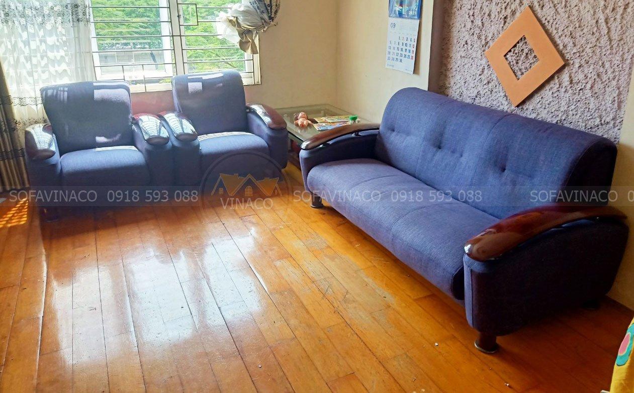 Bộ ghế sofa đã được thay bỏ lớp bọc da bong tróc sang chất liệu vải dày dặn với gam màu xanh cho không gian
