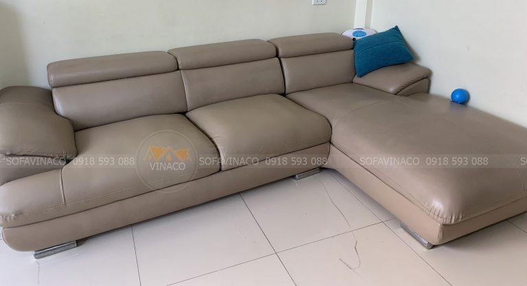 Bộ ghế sofa L đã được thay lớp da mới ở phần mặt ghế ngồi và phần tay vịn ghế sofa tại nhà bác Tuệ, Gia Lâm