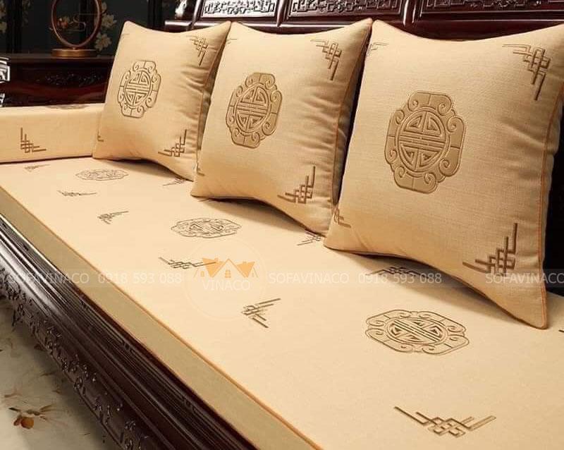 Đệm ghế gỗ thêu họa tiết gam màu vàng đỗ