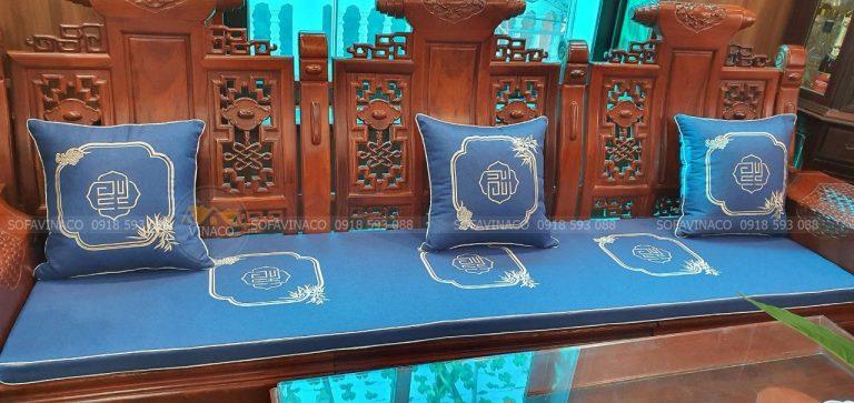 Đệm ghế gỗ họa tiết thêu công nghệ vi tính mang đến cho không gian phòng khách sang trọng, hiện đại