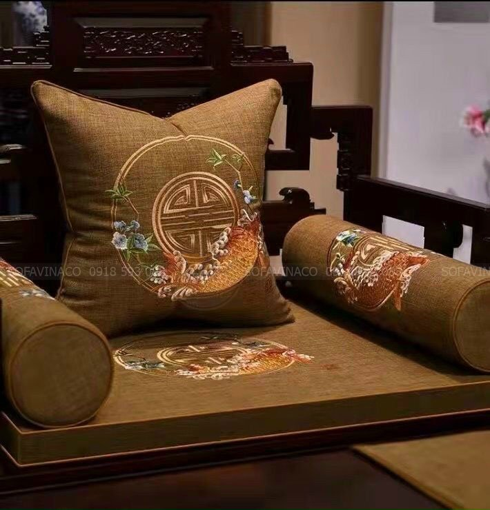 Đệm ghế với họa tiết cá chép vàng tạo điểm nhấn độc đáo cho đệm