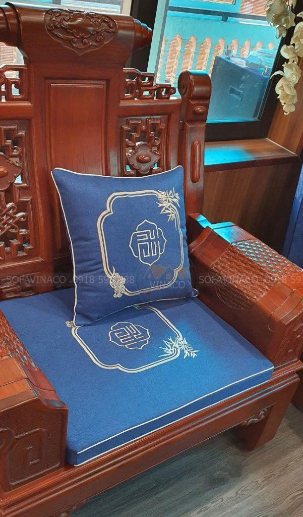 Đệm ghế được đặt vừa lòng ghế gỗ