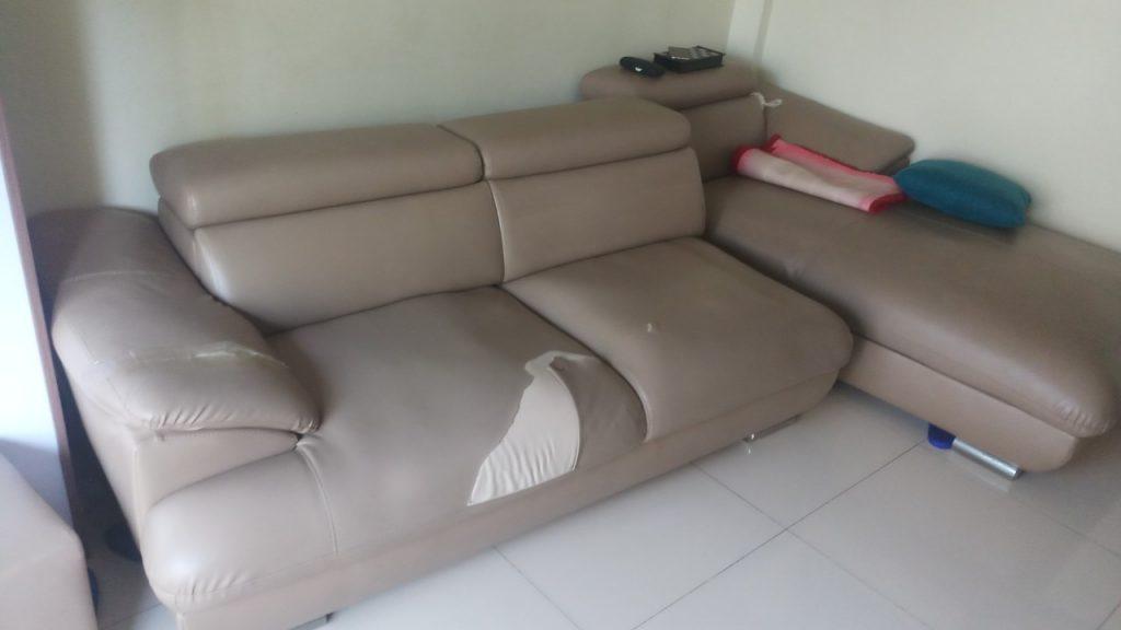 Bộ ghế sofa bị rách ở phần ngồi và phần tay vịn của gia đình bác Tuệ tại Gia Lâm, Hà Nội